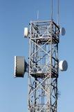 Torre de comunicações com rádio e relações de micro-ondas Fotografia de Stock