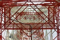Torre de comunicações com um céu azul bonito, confusão Fotos de Stock