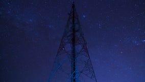 Torre de comunicación del lapso de tiempo y estrellado grandes en cielo nocturno metrajes