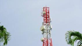 Torre de comunicación, torre del teléfono móvil en la selva en las montañas Visión aérea: satélite, torre del teléfono móvil, en  metrajes