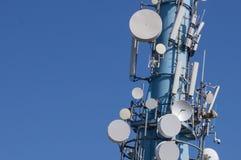 Torre de comunicación en cielo despejado imagen de archivo