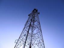 Torre de comunicación en la noche Fotos de archivo