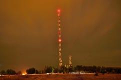Torre de comunicación en la noche Imagen de archivo libre de regalías