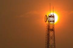 Torre de comunicación en la salida del sol Imágenes de archivo libres de regalías