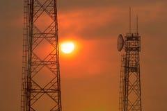 Torre de comunicación en la salida del sol Fotos de archivo