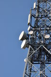 Torre de comunicaciones con las antenas Foto de archivo libre de regalías