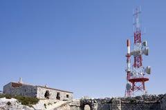 Torre de comunicaciones con sus antenas Foto de archivo