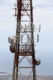 Torre de comunicaciones, contra el mar Foto de archivo