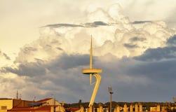 Torre de comunicaciones de Ontjuïc y nubes imponentes Imagen de archivo libre de regalías