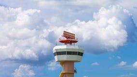 Torre de comunicaciones del radar del aeropuerto del lapso de tiempo almacen de metraje de vídeo