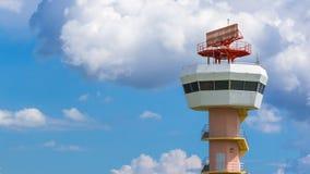 Torre de comunicaciones del radar del aeropuerto del lapso de tiempo