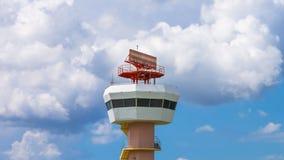 Torre de comunicaciones del radar del aeropuerto del lapso de tiempo almacen de video