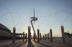 Torre de comunicaciones de Montjuic por Santiago Calatrava 1991 y las lámparas de calle por la tarde, Anella Olimpica Barcelona C Fotografía de archivo