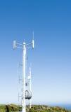 Torre de comunicaciones móviles contra el cielo azul claro Imagen de archivo