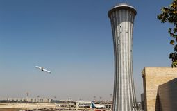 Torre de control del aeropuerto con un fondo de un lanzamiento del avión Foto de archivo libre de regalías