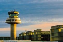 Torre de control del aeropuerto en la puesta del sol Imagen de archivo