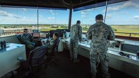 Torre de control del U.S.A.F. que mira sobre base aérea Foto de archivo