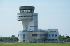Torre de control en el aeropuerto de Poznán Lawica Imagenes de archivo
