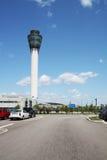 Torre de control en una vertical del aeropuerto Fotos de archivo libres de regalías