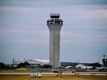 Torre de controlador aéreo do aeroporto fotografia de stock