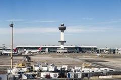 Torre de controlador aéreo e terminal 4 com planos de ar no Fotos de Stock