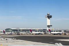 Torre de controlador aéreo e terminal 4 com planos de ar no Fotografia de Stock