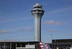 Torre de controlador aéreo en el aeropuerto internacional de OHare en Chicago imágenes de archivo libres de regalías