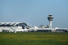 Torre de controlador aéreo en el aeropuerto de Munich imagenes de archivo