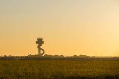 Torre de controlador aéreo en la salida del sol Imagen de archivo libre de regalías