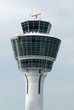 Torre de controlo branca do aeroporto Imagens de Stock