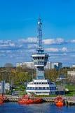 Torre de controlo de tráfico da autoridade portuária de Riga foto de stock royalty free