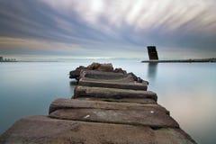 Torre de controlo de tráfico de pedra do cais e da embarcação Fotografia de Stock Royalty Free