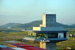 Torre de controlo nos fechamentos de Cocoli, canal do Panamá imagem de stock