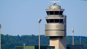 Torre de controlo de tráfico no aeroporto internacional filme