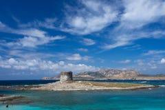 Torre de Corsari en Cerdeña con el fondo grande del cielo y el cristal riegan Mar Mediterráneo en Cerdeña, Italia, mar cristalino Imagen de archivo