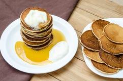 Torre de crepes con la miel y la crema agria Foto de archivo libre de regalías