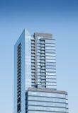 Torre de cristal azul de la propiedad horizontal con los balcones Fotos de archivo libres de regalías