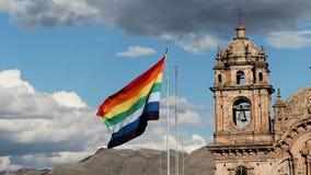 Torre de Cusco Peru Flag Flying With Bell de la cámara lenta en fondo metrajes