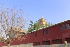 torre de DA-yan detrás de la pared roja Imagen de archivo