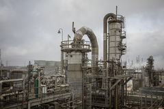 Torre de destilación de la refinería o de la fábrica de productos químicos Foto de archivo