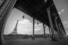 Torre de Effeil del puente bir-hakeim, del negro y del blanco Fotos de archivo