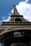 Torre de Eifel con el cielo azul agradable Imágenes de archivo libres de regalías