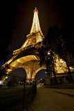 Torre de Eifel en noche de verano Fotos de archivo libres de regalías