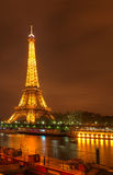 Torre de Eifel por noche Foto de archivo