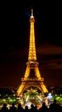 Torre de Eiffle en luz en la noche Imagenes de archivo