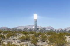 Torre de energias solares do deserto Fotografia de Stock Royalty Free
