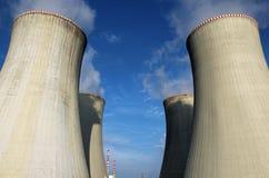 Torre de enfriamiento de la central nuclear Imagen de archivo libre de regalías