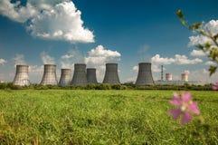 Torre de enfriamiento de una central nuclear Imagen de archivo libre de regalías