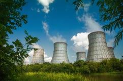 Torre de enfriamiento de una central nuclear foto de archivo
