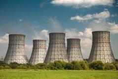 Torre de enfriamiento de una central nuclear imagenes de archivo